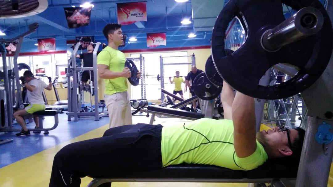 热爱运动的人们,选择在健身房健身锻炼|王耀辉 摄