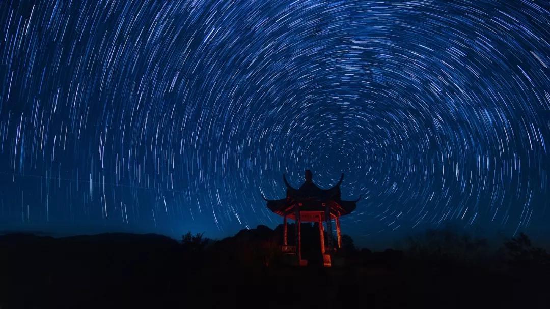 夜幕下的星轨| 郑献兴摄