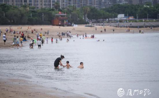 厦门五缘湾四人落水大声求救 男子闻声脱衣救人