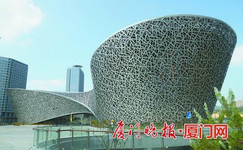 """钢结构""""三角梅""""惊艳亮相 外墙由3096片玻璃组成"""
