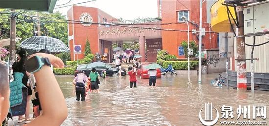 师院附小新生报到,恰逢大雨。