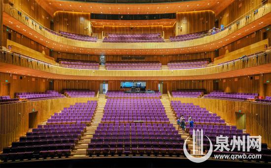 大剧院歌剧厅的观众席有三层。