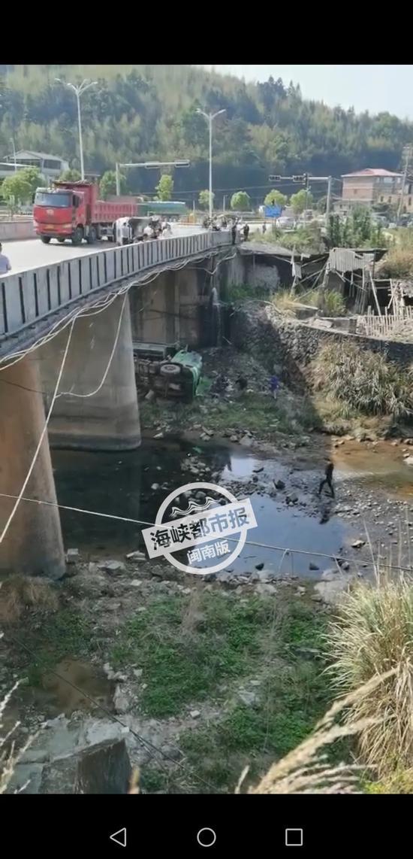 今日突发!泉州一货车与轿车相撞,大货车坠河