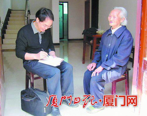 记者2010年采访高仙秀老人。(资料图)