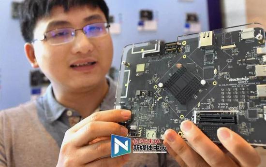 福州瑞芯微电子研发的神经网络AI开放板。叶义斌摄