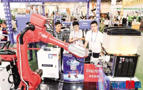 工业机器人正在灵活地接倒饮料。
