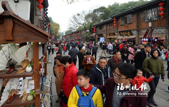 市民和外地游客春节假期乐游三坊七巷。