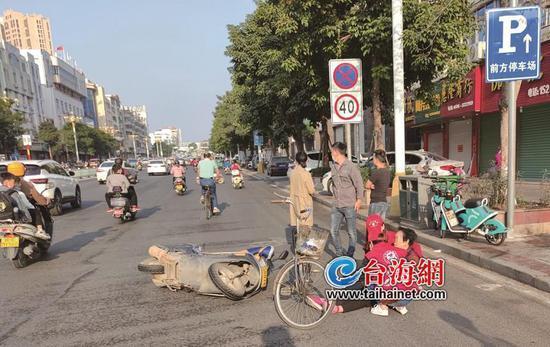 """漳浦文明劝导员为救老人上演""""最美蹲姿"""" 路人纷纷点赞"""