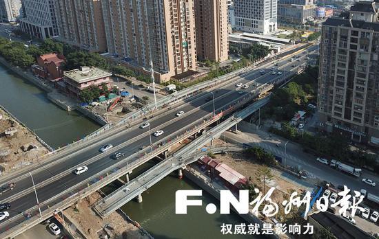 城区第二批缓堵项目中的鳌峰大桥南桥头节点改造工程国庆假期不停工。
