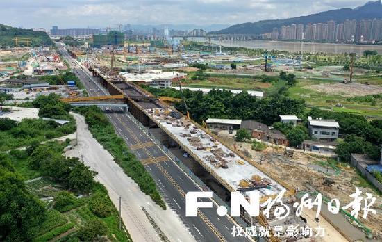 施工中的福泉高速公路连接线拓宽改造升级工程B段桥梁。(无人机拍摄)
