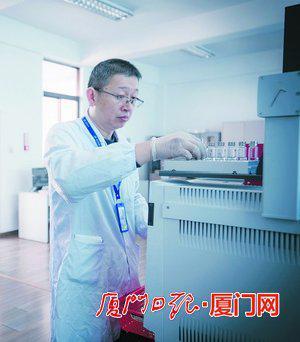 林青川在做实验。(本报记者林铭鸿摄)