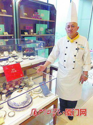陈智灵向记者介绍国宴专用餐具。(本报记者 席恺摄)