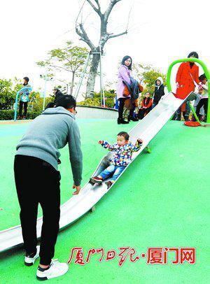 厦门儿童公园黄金周人气旺。(本报记者何炳进摄)