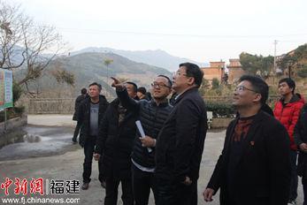 黄莼在驻村干部陪同下察看村里的党建阵地与文化设施建设。魏兴福摄