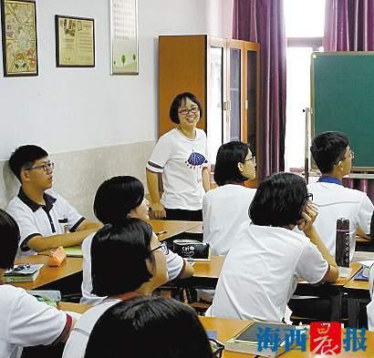 吴金娜与学生一起观看法语影视剧。