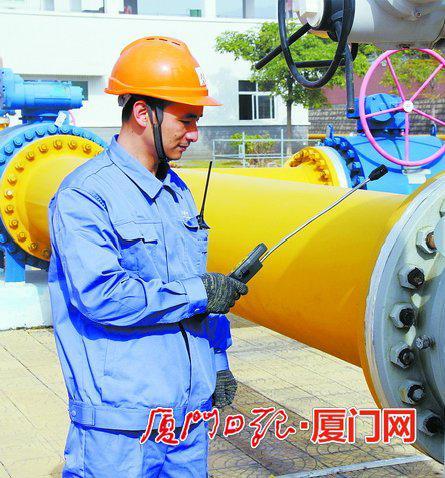 江小金在巡检燃气设备。(本报记者吴海奎摄)