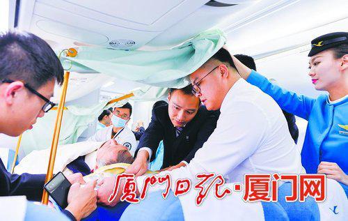工作人员在客舱中安置担架旅客。(贺晟摄)