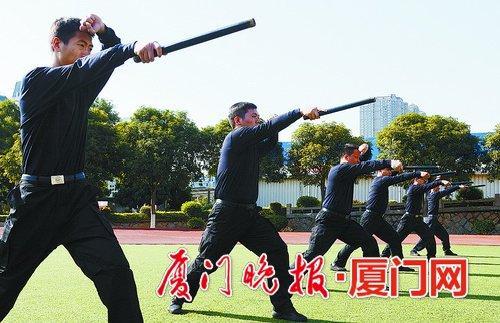 -警棍术训练。