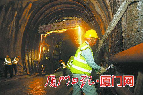 春节假期,海沧隧道建设者依然忙碌在施工现场。(本报记者张奇辉摄)