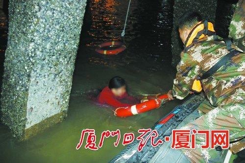 海警官兵对落水女子展开救援。