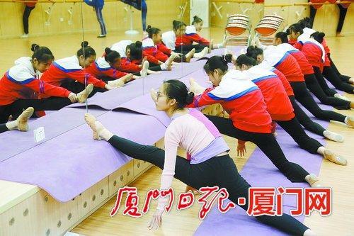 昨日下午,一中学生在上形体舞蹈课。