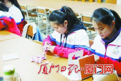 ▲学生在上折纸校本课。