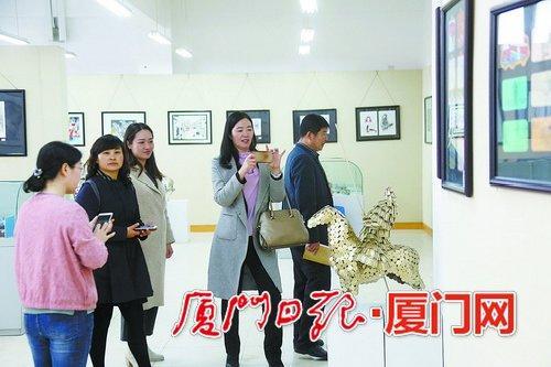 ▲各地教育工作者参观厦门一中学生的艺术作品展览。
