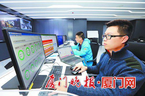 ■在控制中心值班的工作人员正在查看夜景灯光。
