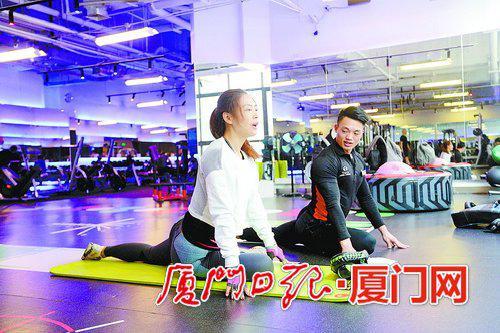全真瑜伽健身中心教练对学员进行一对一指导。