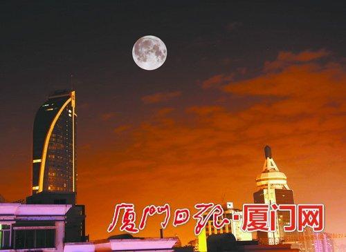 """昨晚高悬夜空的""""超级月亮""""。"""