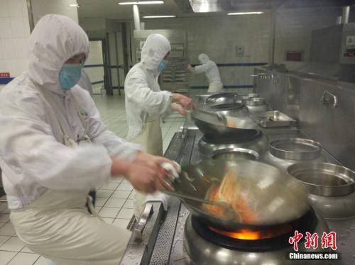 工作人员在制作干炒牛河。 中新网记者 李金磊摄