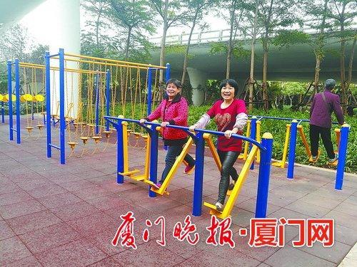 -周边居民在公园休闲锻炼。
