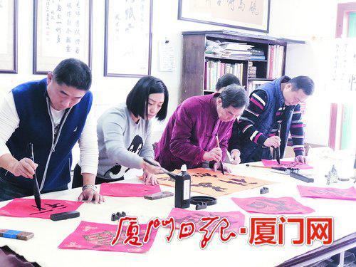 练书法过中国年。