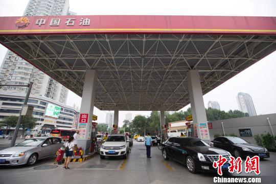 资料图:山西太原,车辆正在加油站加油。(张云摄)