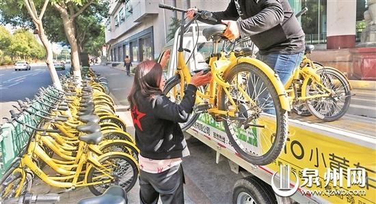 昨日,市区领SHOW天地门口路段,车企运维人员清理撤离乱放的单车