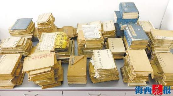 市民吴先生向同安区图书馆捐赠了421册古籍。