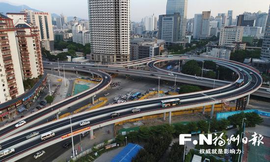 二环五四路口提升改造后,缓解了交通压力.记者叶义斌 摄