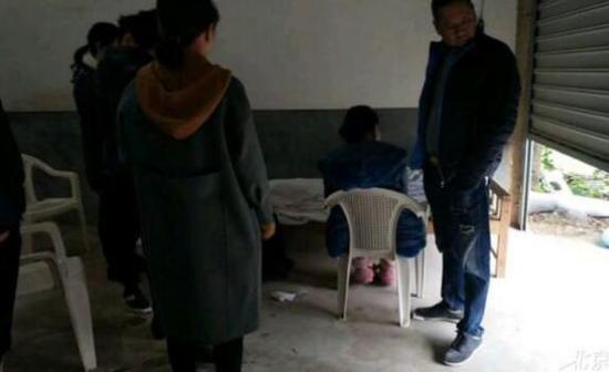 林某被捅死后,家属将遗体接回家中。图片来自爆料人