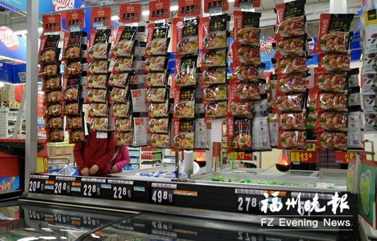 火锅底料是超市力推的冬令商品。