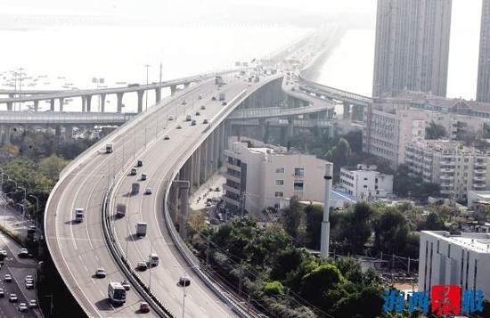1月10日上午8时50分,杏林大桥车辆平稳通行。
