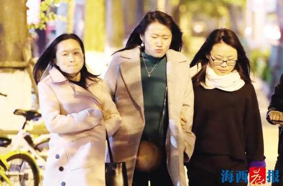 昨日,厦门迎来降温天气,市民穿上厚衣服仍觉得冷。记者陈理杰摄