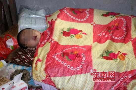 每天王赛玉外出打工挣钱,女儿就躺在床上