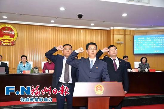 市监察委员会三位副主任作宪法宣誓