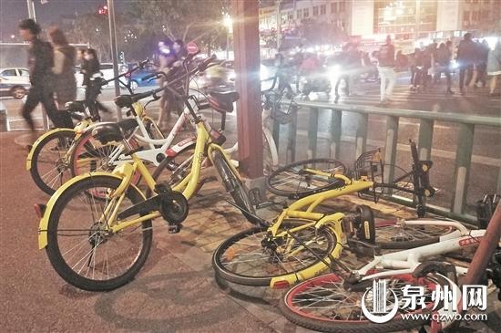 刺桐路南段,人行道上东倒西歪的共享单车