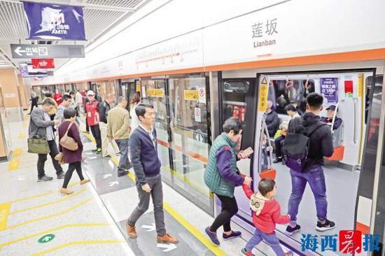 如今,不少市民选择乘坐地铁出行。