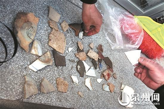从遗址中发现的陶瓷残片