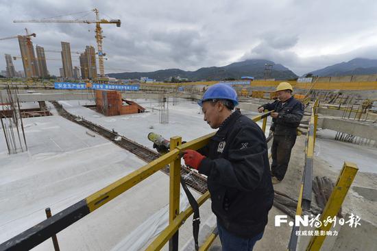 工人正在拆除防护栏。记者 池远 摄