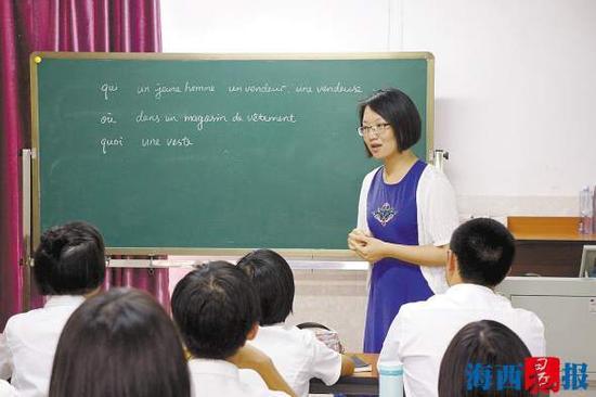 杨淳为学生讲解法语语法。