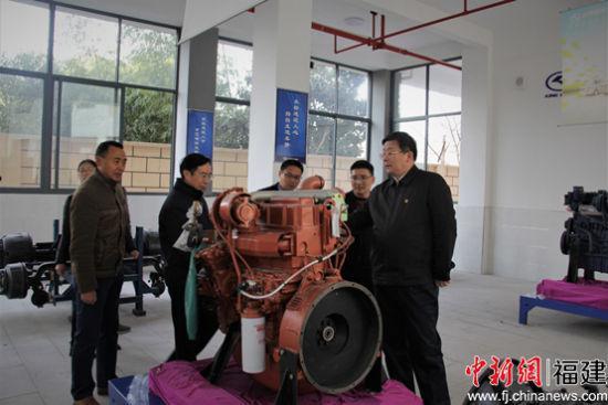 参观寿宁县职业技术学校金龙班实训基地。魏兴福摄