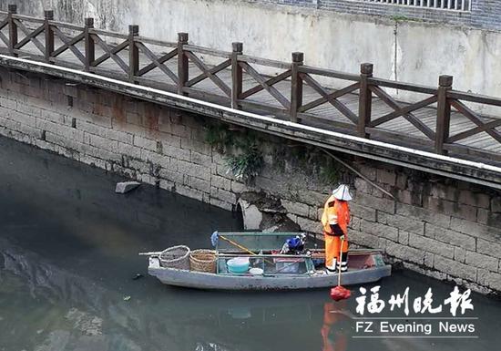 昨日,环保执法人员在台江区河下街附近发现一个排污口。